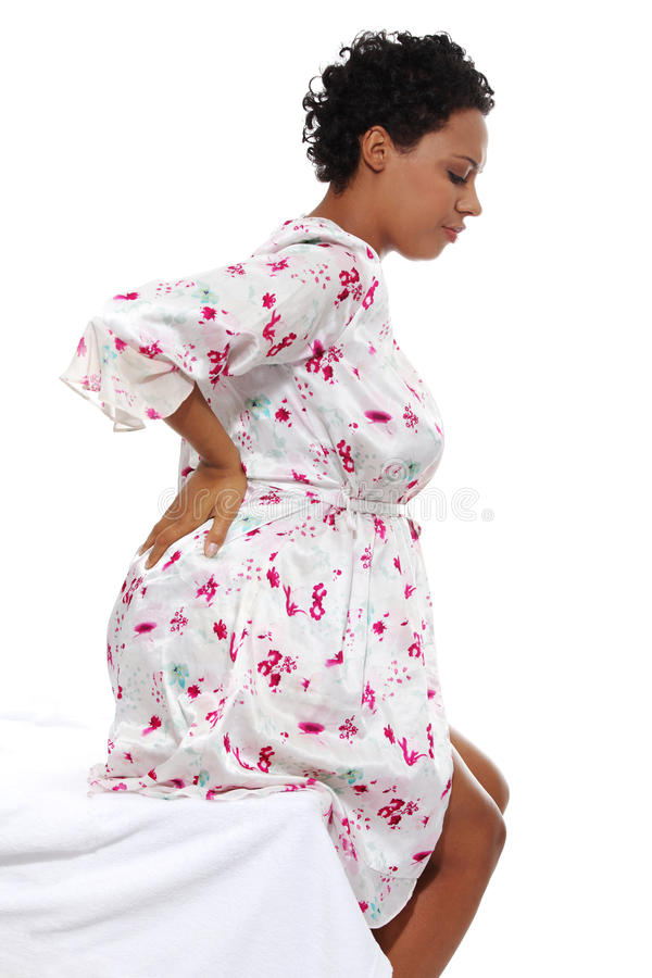 Έγκυος γυναίκα που ανυψώνει τον πόνο στην πλάτη στοκ εικόνες με δικαίωμα ελεύθερης χρήσης