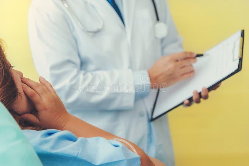 Έγκυος γυναίκα που βρίσκεται στο κρεβάτι που περιμένει τον τοκετό με ιατρικό στοκ εικόνες