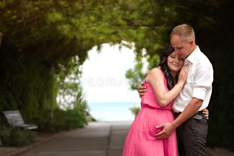 Έγκυος γυναίκα στον πράσινο κήπο στοκ φωτογραφία