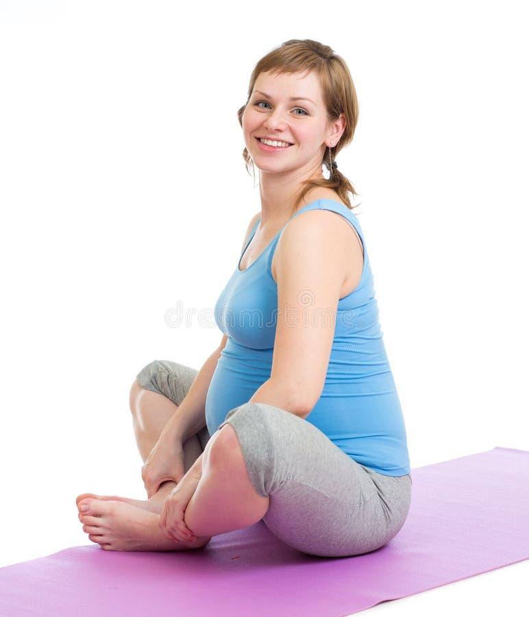 Έγκυος γυναίκα τις γυμναστικές ασκήσεις που απομονώνονται που κάνει στοκ εικόνα με δικαίωμα ελεύθερης χρήσης