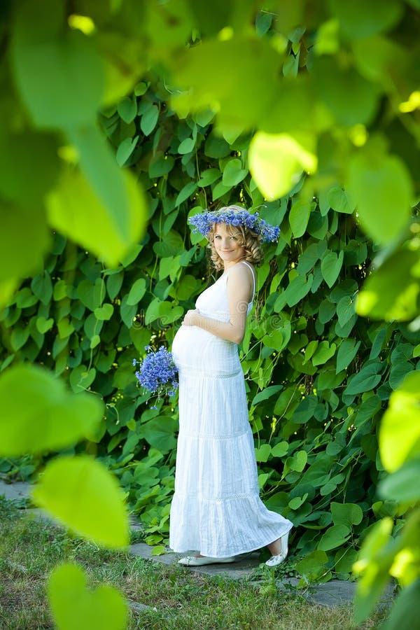 Έγκυος καυκάσια γυναίκα στοκ εικόνες