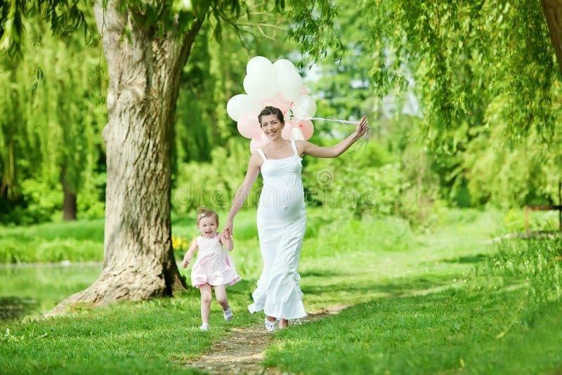 Έγκυος μητέρα και η κόρη της στοκ εικόνες