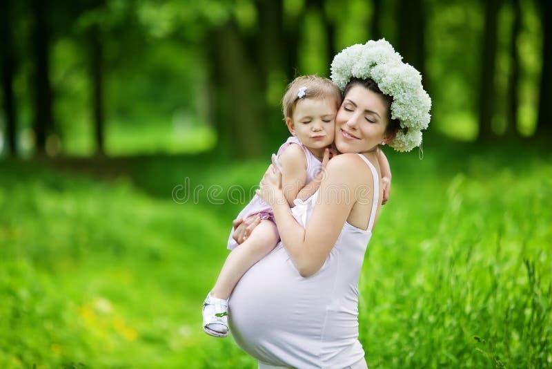 Έγκυος μητέρα και η κόρη της στοκ εικόνα με δικαίωμα ελεύθερης χρήσης