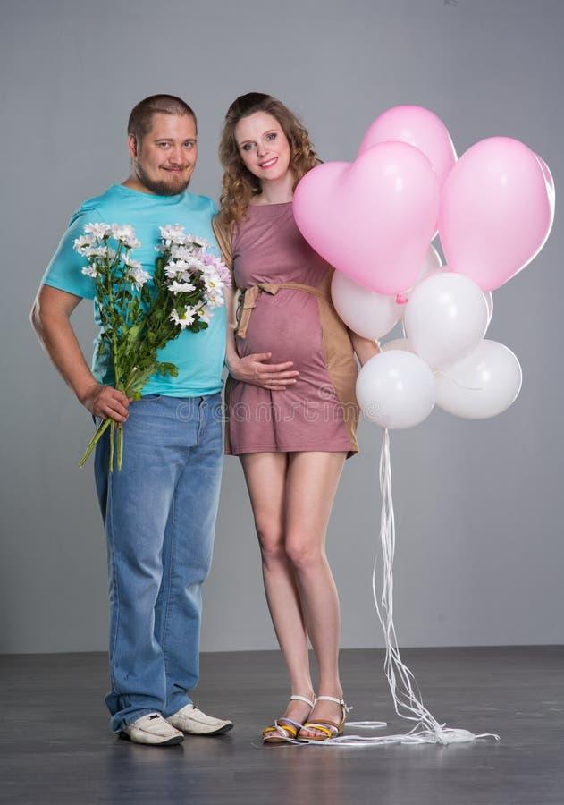 έγκυος σύζυγος συζύγω&nu στοκ φωτογραφία με δικαίωμα ελεύθερης χρήσης