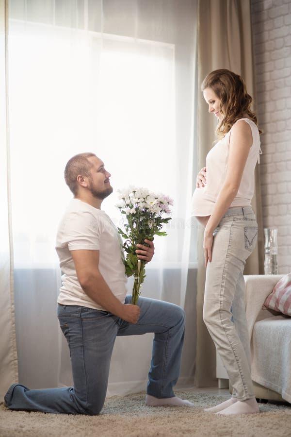 έγκυος σύζυγος συζύγω&nu στοκ εικόνα