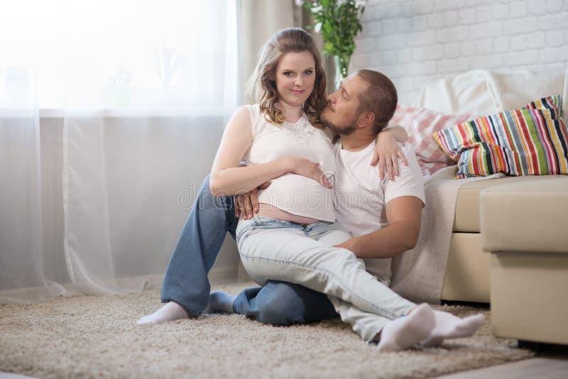 έγκυος σύζυγος συζύγω&nu στοκ εικόνες με δικαίωμα ελεύθερης χρήσης