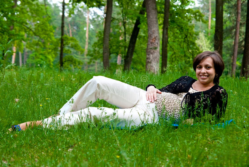 έγκυος χαμογελώντας γ&upsil στοκ φωτογραφία με δικαίωμα ελεύθερης χρήσης