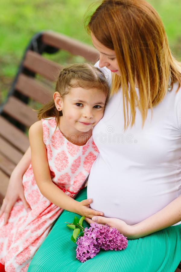Έγκυο πορτρέτο μητέρων και κορών στο πάρκο στοκ φωτογραφίες με δικαίωμα ελεύθερης χρήσης