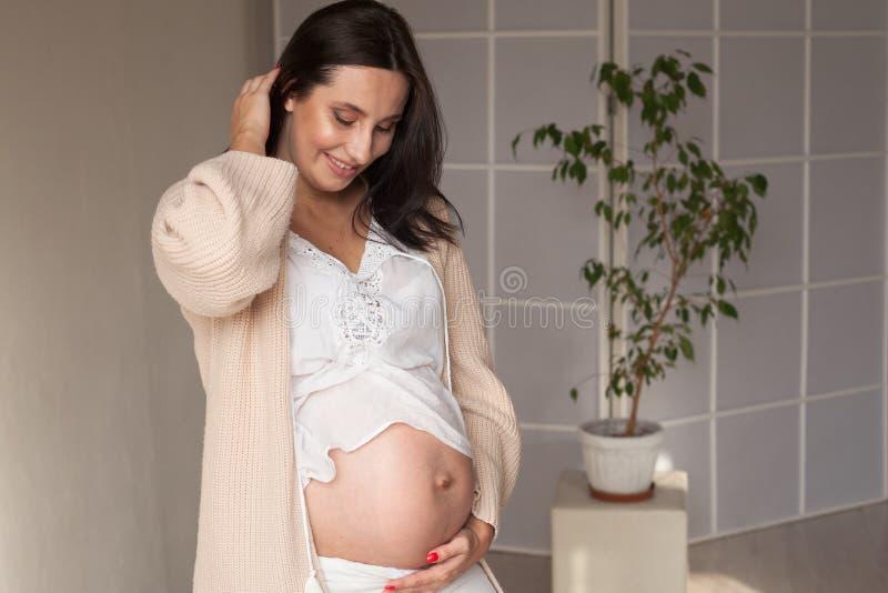 Έγκυο mom που αναμένει ένα μωρό πριν από τη γέννηση στοκ εικόνες