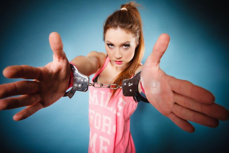 Έγκλημα εφήβων - κορίτσι εφήβων στις χειροπέδες στοκ φωτογραφία με δικαίωμα ελεύθερης χρήσης