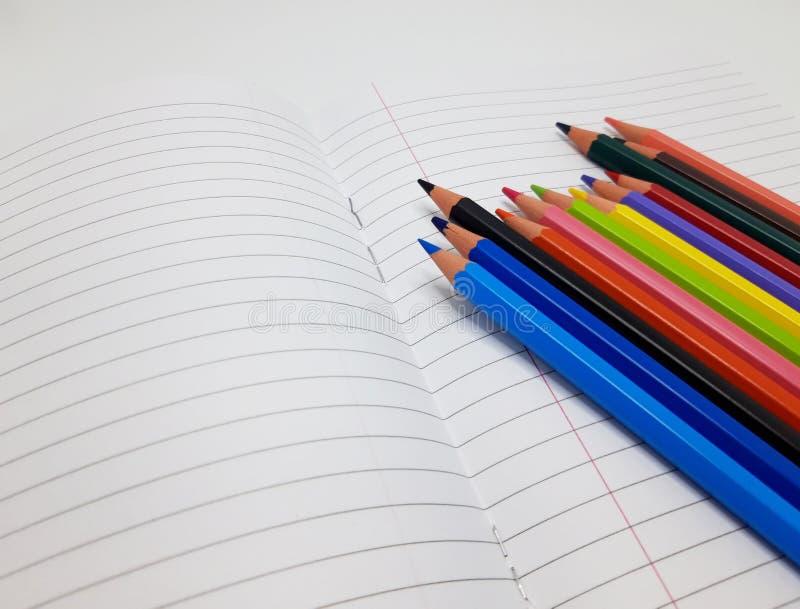 Έγχρωμα χρώματα στο φόντο του σημειωματάριου στοκ εικόνες