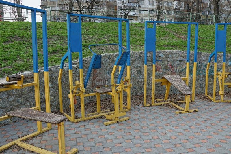 Έγχρωμοι παλαιοί εκπαιδευτές αθλητικού σιδήρου σε έναν χώρο αθλήσεων στην οδό στοκ φωτογραφία με δικαίωμα ελεύθερης χρήσης