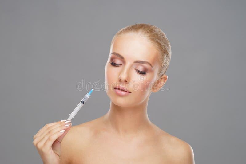 Έγχυση ομορφιάς σε ένα πρόσωπο μιας νέας γυναίκας απομονωμένο έννοια λευκό πλαστικής χειρουργικής στοκ φωτογραφίες με δικαίωμα ελεύθερης χρήσης