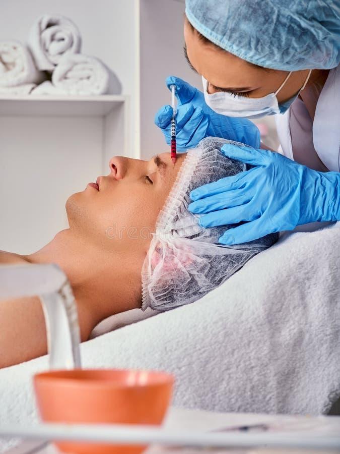 Έγχυση υλικών πληρώσεως για το αρσενικό πρόσωπο Πλαστική του προσώπου χειρουργική επέμβαση στην κλινική ομορφιάς στοκ εικόνες