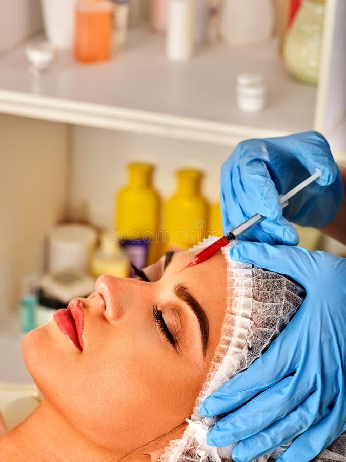 Έγχυση υλικών πληρώσεως για το πρόσωπο μετώπων γυναικών Πλαστική αισθητική του προσώπου χειρουργική επέμβαση στοκ εικόνα με δικαίωμα ελεύθερης χρήσης