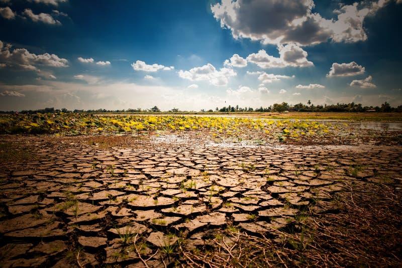Έδαφος με το ξηρό και ραγισμένο έδαφος Σφαιρικό θερμαίνοντας υπόβαθρο στοκ φωτογραφία με δικαίωμα ελεύθερης χρήσης