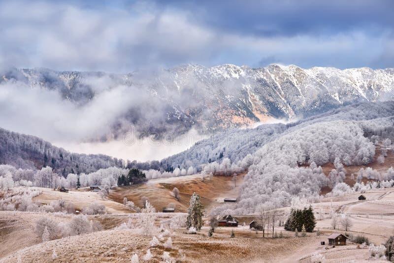 Έδαφος παγετού στο Καρπάθια βουνό και το χωριό της Τρανσυλβανίας στοκ φωτογραφία με δικαίωμα ελεύθερης χρήσης