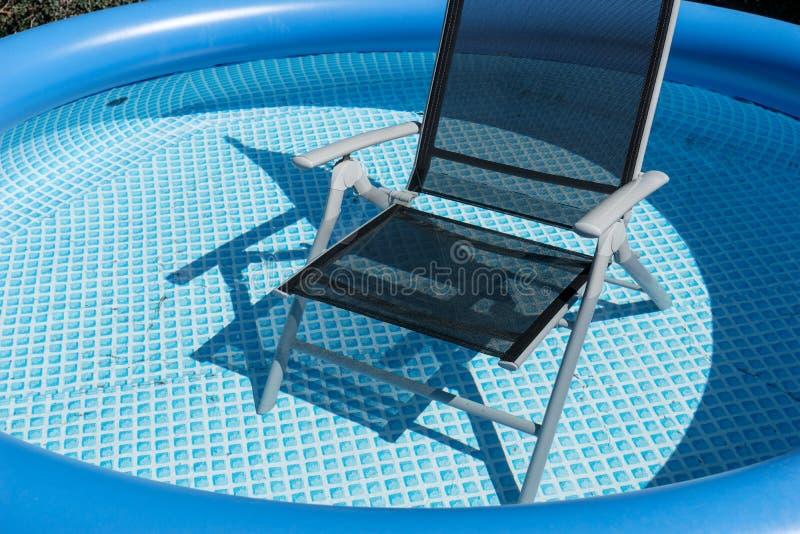 Έδρα για να χαλαρώσει στην πισίνα στοκ εικόνες