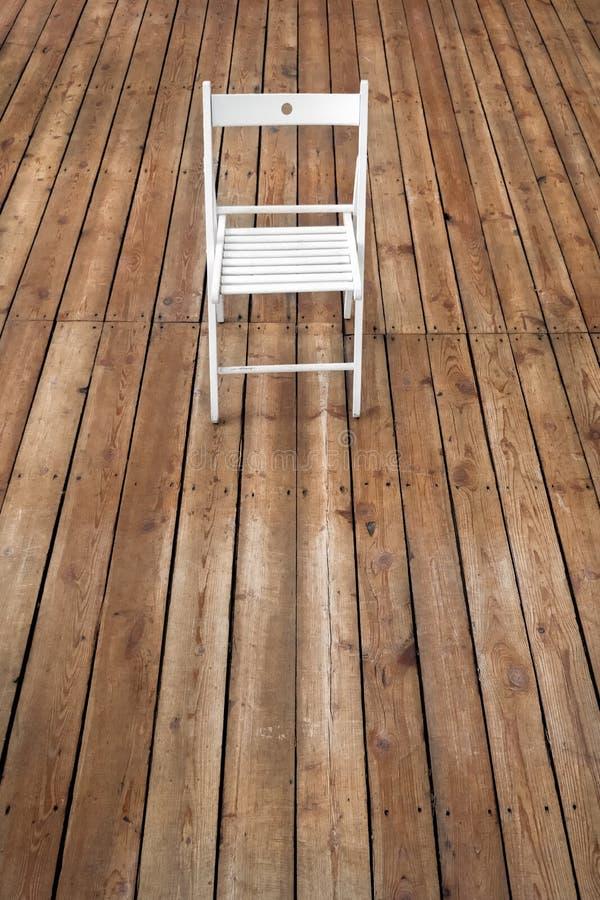 Έδρα και κενό διάστημα στο ξύλινο πάτωμα Ενιαία καρέκλα που στέκεται μόνο στο ξύλινο πάτωμα στο κενό δωμάτιο Κενό υπόβαθρο πατωμά στοκ εικόνες