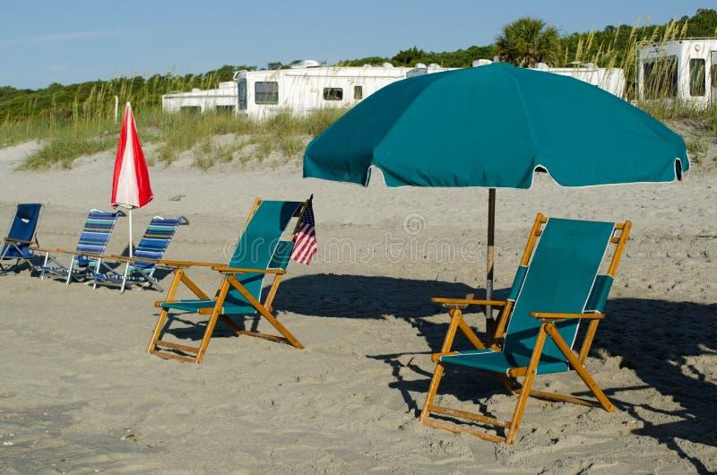 Έδρα με την ομπρέλα στην παραλία στοκ εικόνες με δικαίωμα ελεύθερης χρήσης