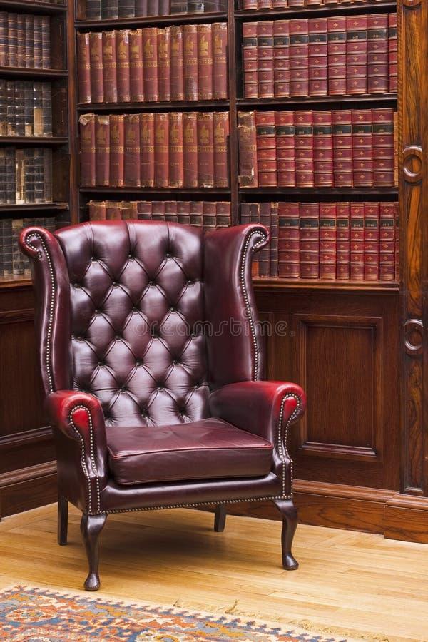 Έδρα του Τσέστερφιλντ στη βιβλιοθήκη στοκ εικόνες