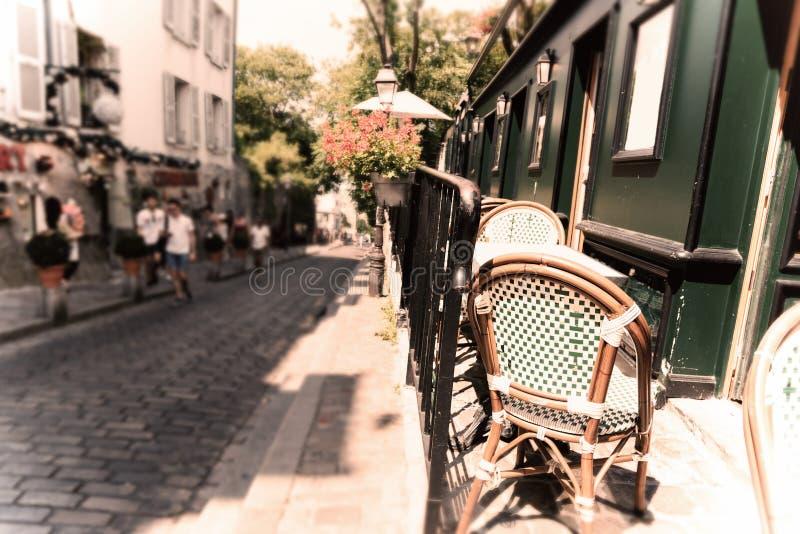 Έδρες και πίνακες σε ένα γραφικό bistrot στη γειτονιά Montmartre στοκ φωτογραφίες με δικαίωμα ελεύθερης χρήσης