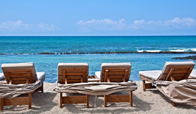 Έδρες σαλονιών στην τροπική παραλία στοκ φωτογραφία