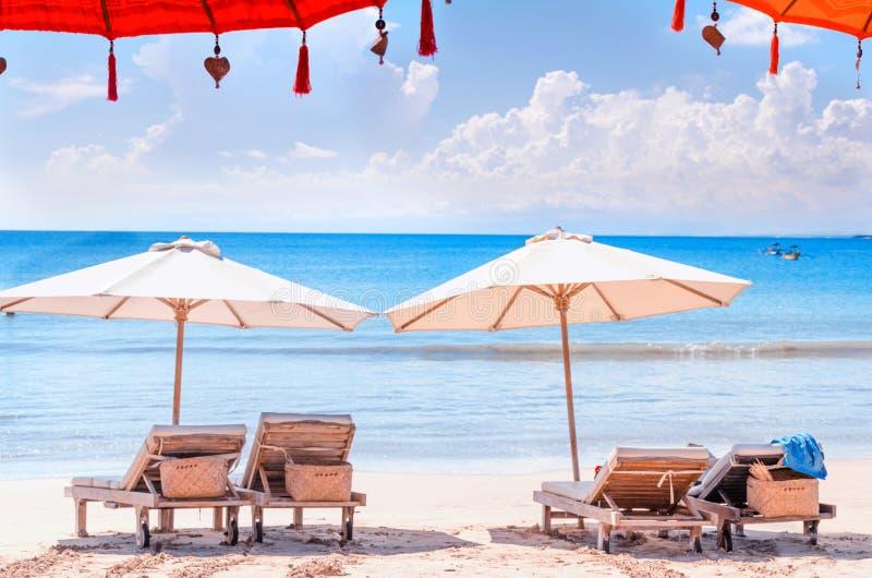 Έδρες στην παραλία Αργόσχολος και ομπρέλα ήλιων στην ακτή του Μπαλί στοκ εικόνες με δικαίωμα ελεύθερης χρήσης