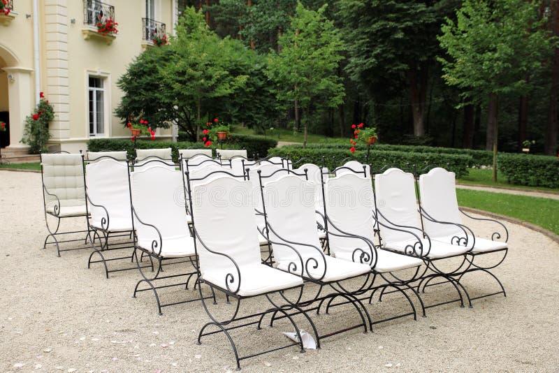 Έδρες στη γαμήλια έννοια γαμήλιας τελετής στοκ εικόνα με δικαίωμα ελεύθερης χρήσης