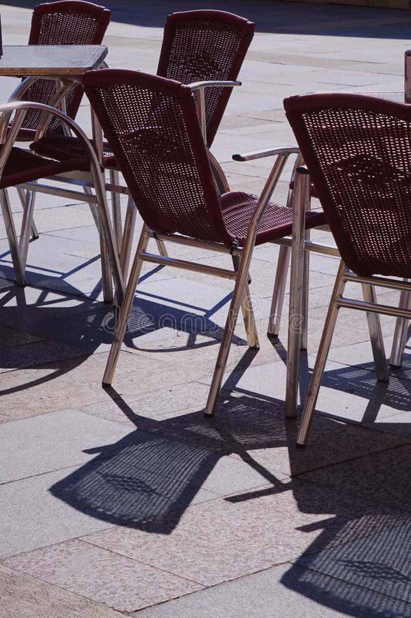 Έδρες στο πεζούλι στην οδό στοκ εικόνες
