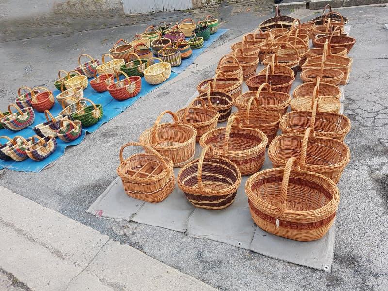 Έκθεση καλαθιών στην αγορά Issigeac στοκ φωτογραφία