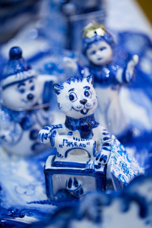 Έκθεση με τα πιάτα και τα αναμνηστικά στο ρωσικό παραδοσιακό ύφος Τα παραδοσιακά χρώματα είναι μπλε και άσπρα Gzhel - ρωσική λαϊκ στοκ φωτογραφία