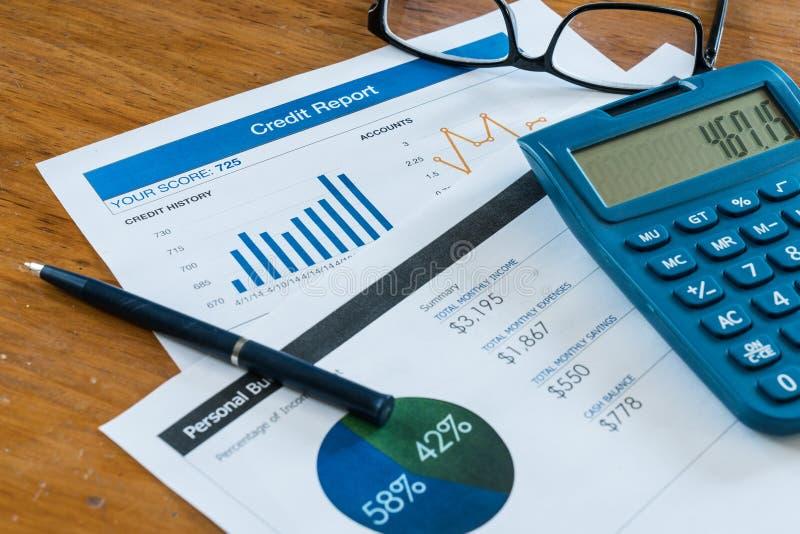 Έκθεση πιστωτικού αποτελέσματος σχετικά με το γραφείο στοκ εικόνες