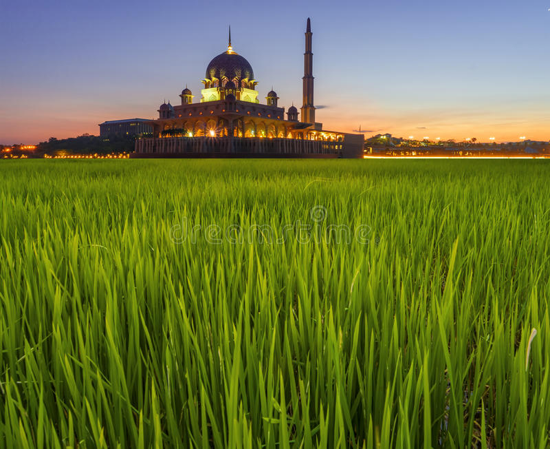 Έκθεση που πυροβολείται μακροχρόνια του μουσουλμανικού τεμένους Masjid Putra Putra κατά τη διάρκεια της ανατολής στοκ εικόνα