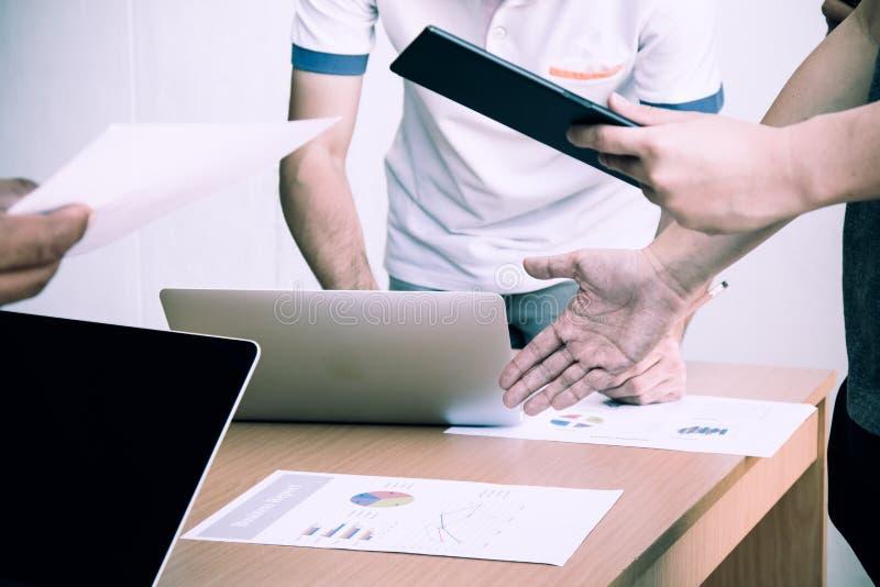 Έκθεση πώλησης ελέγχου διευθυντών κατά τη διάρκεια της συνεδρίασης με το προσωπικό πωλήσεων στοκ εικόνα με δικαίωμα ελεύθερης χρήσης