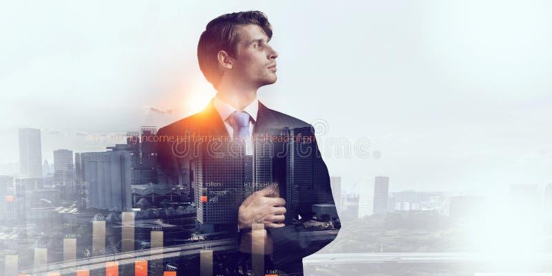 Έκθεση του επιχειρηματία και της σύγχρονης πόλης Μικτά μέσα στοκ εικόνα