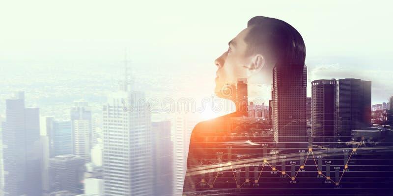 Έκθεση του επιχειρηματία και της σύγχρονης πόλης Μικτά μέσα στοκ εικόνες