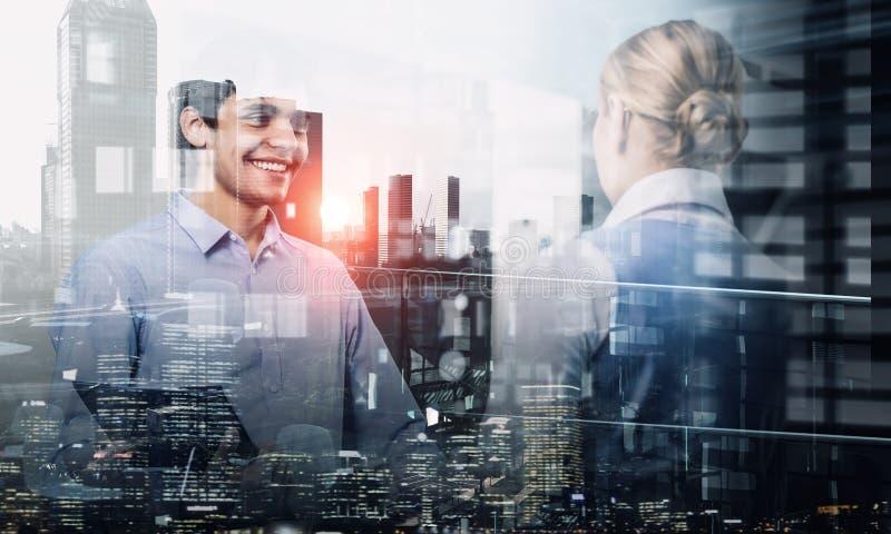Έκθεση του businesspeople και της εικονικής παράστασης πόλης Μικτά μέσα διανυσματική απεικόνιση