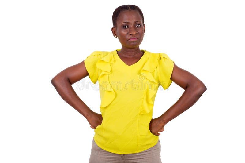 Έκπληκτη γυναίκα που στέκεται στο στούντιο στο άσπρο υπόβαθρο στοκ φωτογραφία