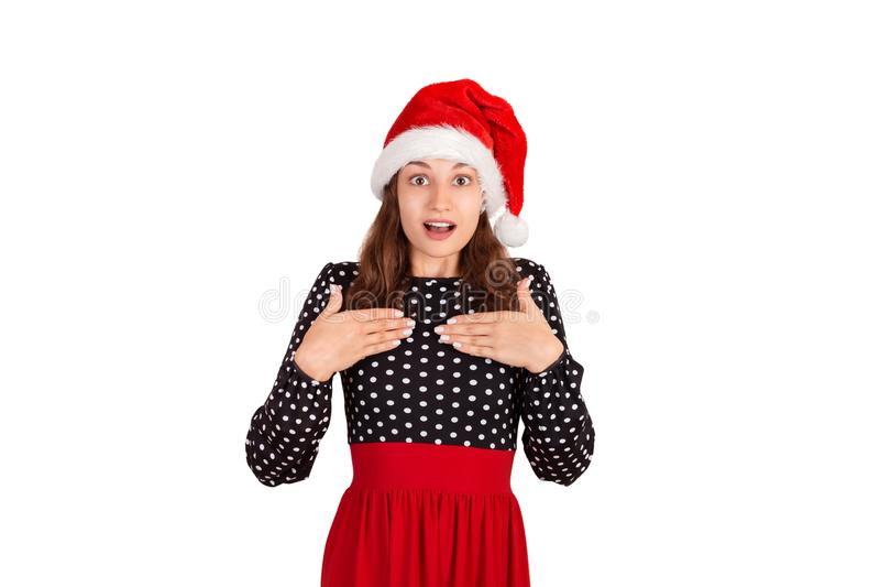 Έκπληκτη γυναίκα στα χέρια εκμετάλλευσης φορεμάτων να αγγιχτεί χαμόγελου στηθών και ευχαρίστηση το συναισθηματικό κορίτσι στο καπ στοκ εικόνες