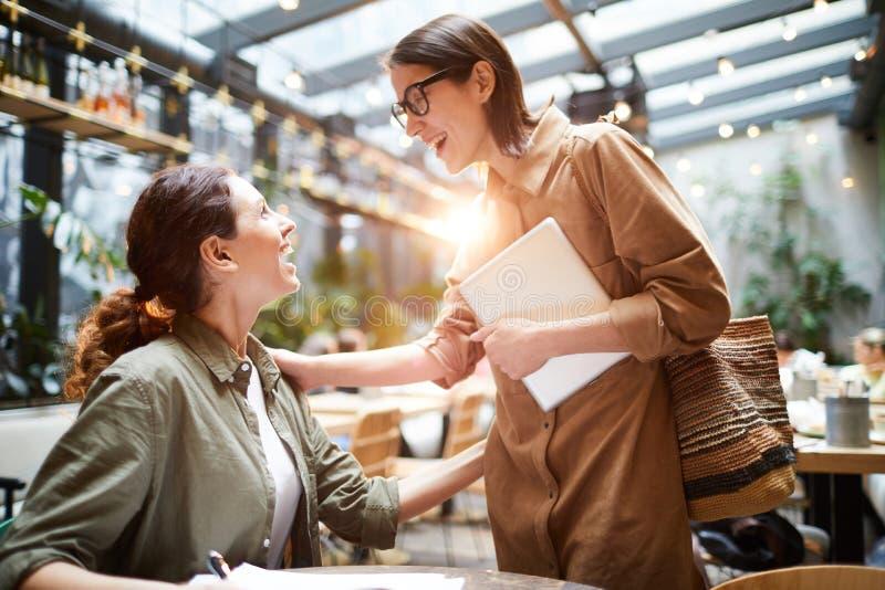 Έκπληκτη γυναικεία πρόσκρουση στο φίλο στον καφέ στοκ φωτογραφία με δικαίωμα ελεύθερης χρήσης