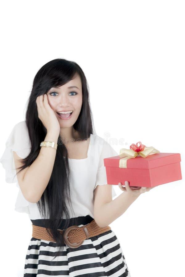 Έκπληκτη επιχειρηματίας που παίρνει το δώρο Χριστουγέννων στοκ εικόνες