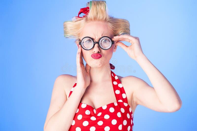 Έκπληκτη καρφίτσα επάνω στο κορίτσι με ένα εκλεκτής ποιότητας φόρεμα στοκ εικόνες με δικαίωμα ελεύθερης χρήσης