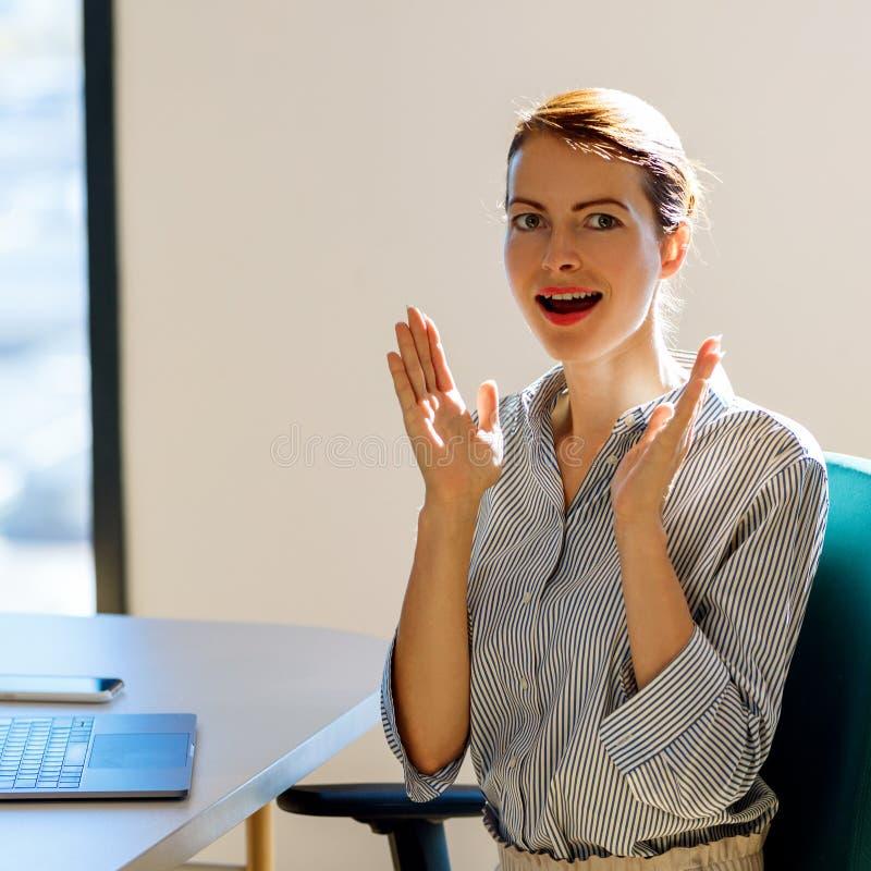 Έκπληκτη συνεδρίαση επιχειρησιακών γυναικών στο γραφείο στην αρχή στοκ εικόνα