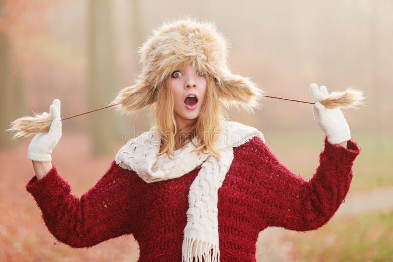 Έκπληκτη όμορφη γυναίκα μόδας στο χειμερινό καπέλο γουνών στοκ φωτογραφίες