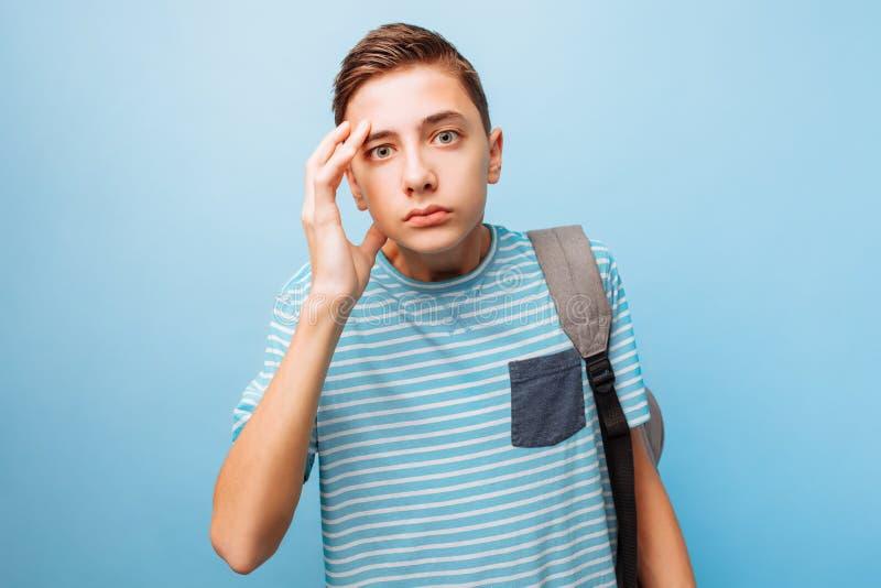 Έκπληκτος έφηβος, που ζαλίζονται από τις συγκλονίζοντας ειδήσεις, λυπημένος έφηβος στοκ φωτογραφίες με δικαίωμα ελεύθερης χρήσης