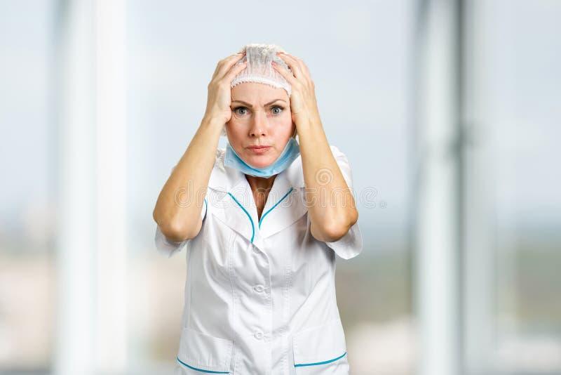 Έκπληκτος και συγκεχυμένος θηλυκός γιατρός στοκ φωτογραφία