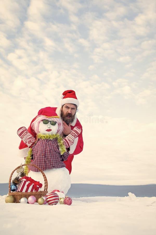 Έκπληκτος hipster στο κόκκινο κοστούμι Χριστουγέννων στοκ εικόνες