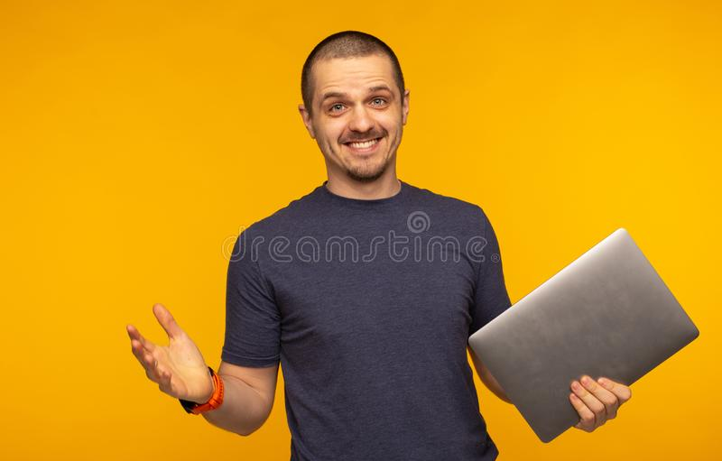 Έκπληκτο άτομο freelancer ή lap-top και χαμόγελο εκμετάλλευσης υπεύθυνων για την ανάπτυξη στοκ φωτογραφίες