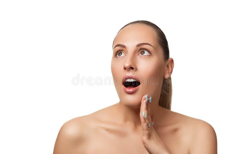 Έκπληκτο θηλυκό πρόσωπο με το φυσικό δέρμα πρότυπο με το ελαφρύ nude τύπος-u στοκ εικόνες